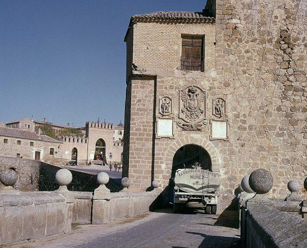 077-AKE_043_Un camión circula por la puerta interior del puente de San Martín