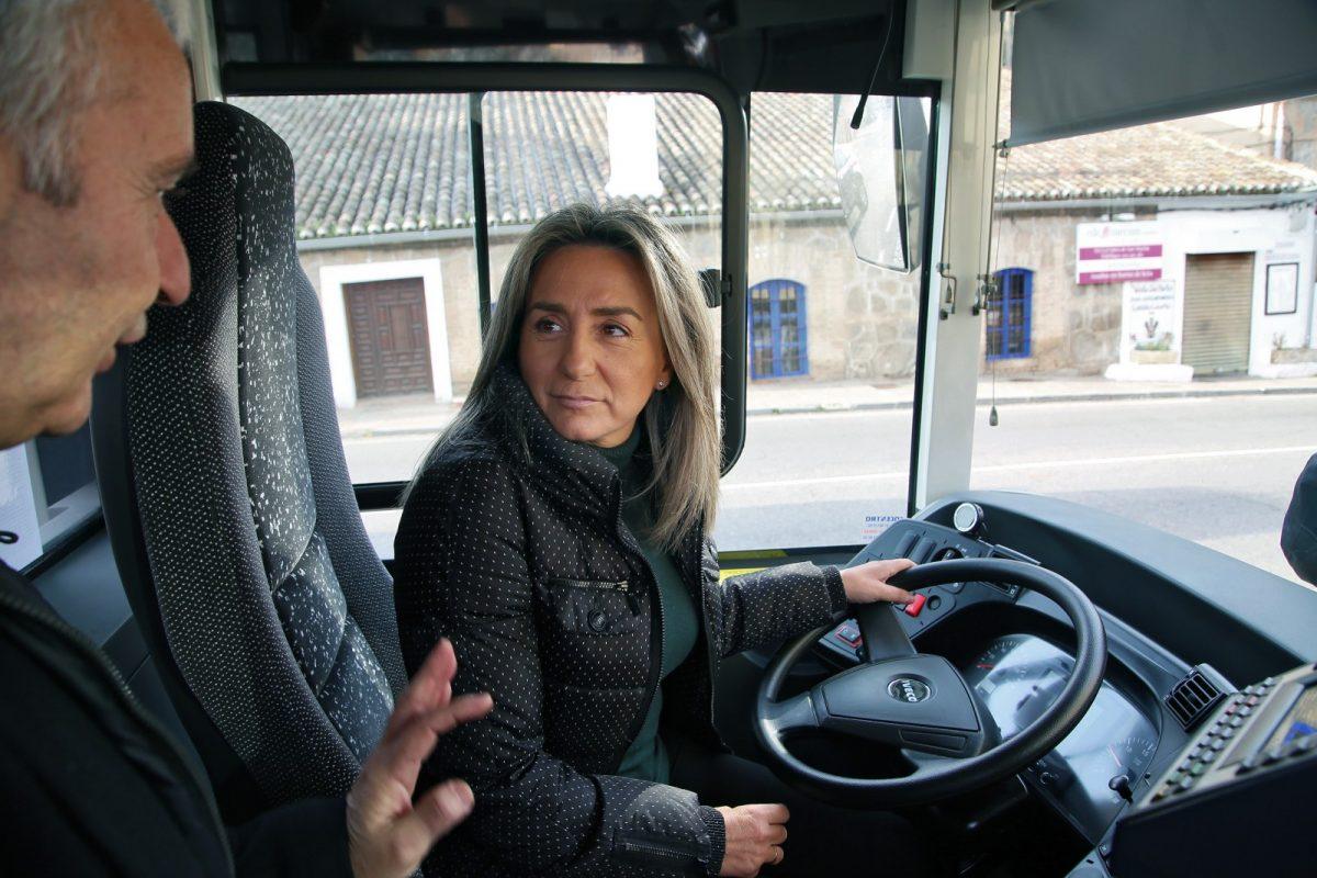 http://www.toledo.es/wp-content/uploads/2019/12/10_auntobuses_urbanos-1200x800.jpg. La alcaldesa presenta tres nuevos autobuses urbanos con mejores prestaciones para el viajero y menos contaminantes