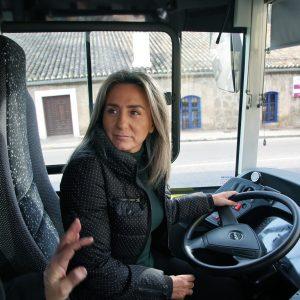 a alcaldesa presenta tres nuevos autobuses urbanos con mejores prestaciones para el viajero y menos contaminantes
