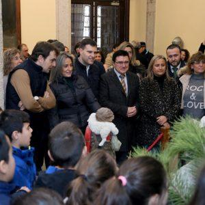 ilagros Tolón inaugura los belenes del zaguán del Ayuntamiento y de San Marcos e invita a disfrutar de esta tradición tan navideña