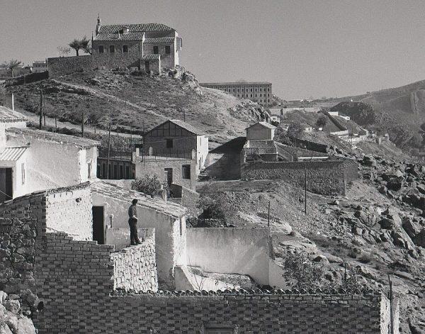 114-AKE_132_Casas bajo el cerro de la ermita de la Virgen de la Cabeza