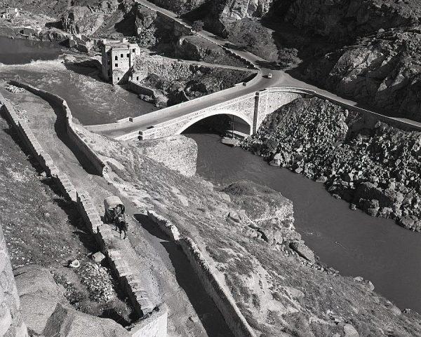 117-AKE_093_Vista del paseo de Cabestreros y el puente nuevo de Alcántara
