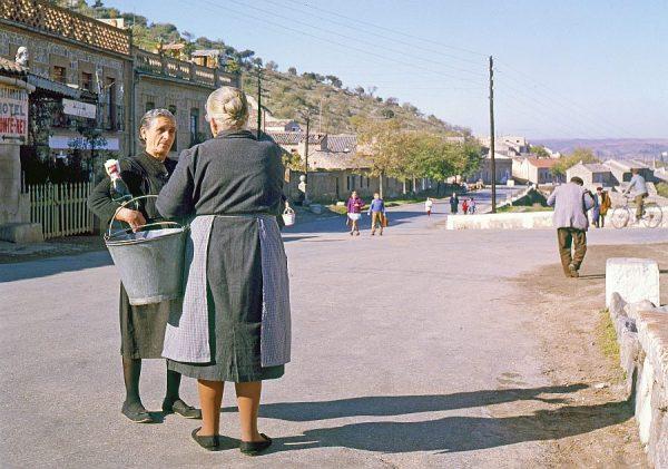 119-AKE_018_Mujeres conversando junto al puente de San Martín
