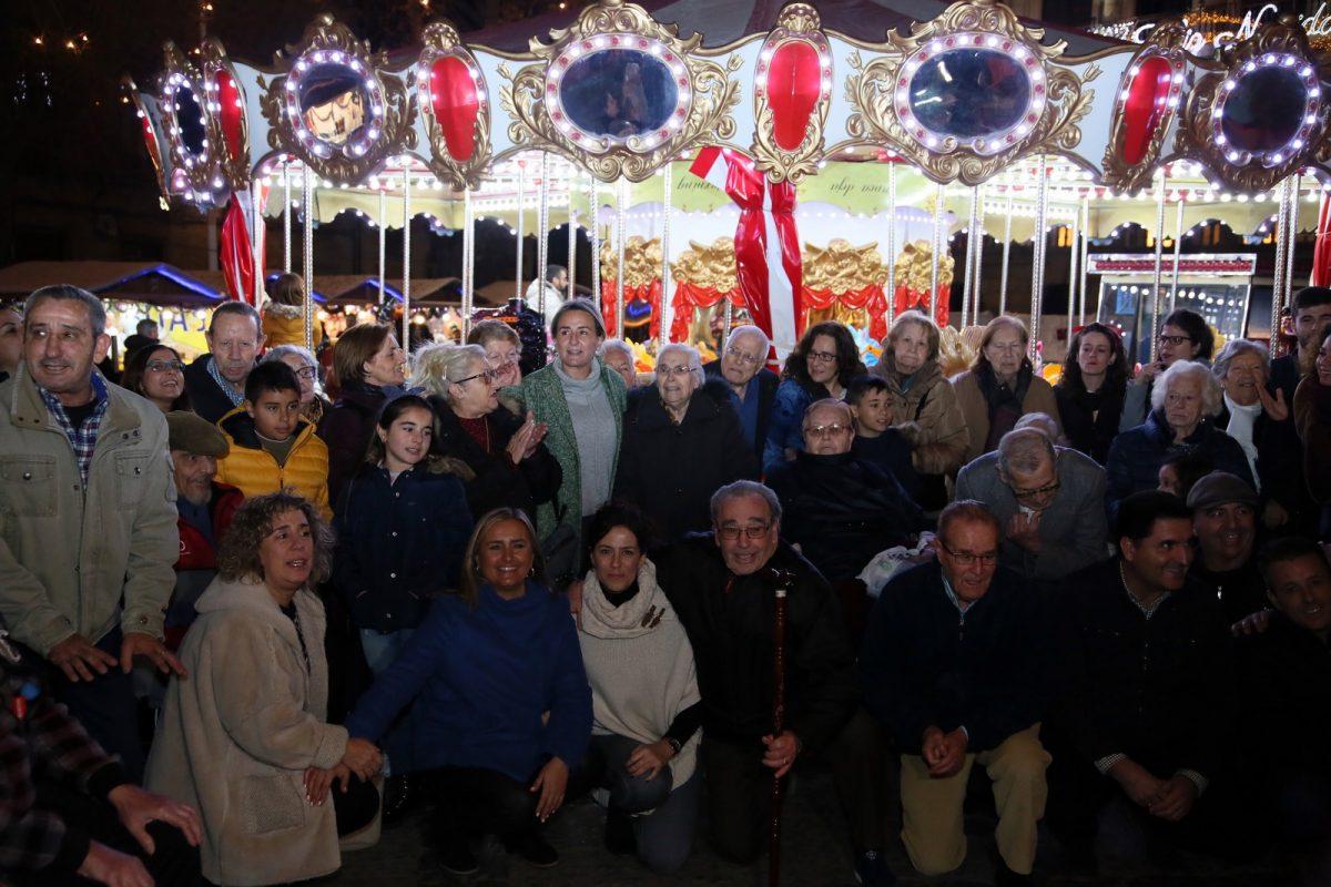 http://www.toledo.es/wp-content/uploads/2019/12/11taxi_iluminacion_ancianos-1200x800.jpg. La alcaldesa vuelve a respaldar la caravana solidaria de los taxistas y recibe a los mayores entre abrazos y villancicos