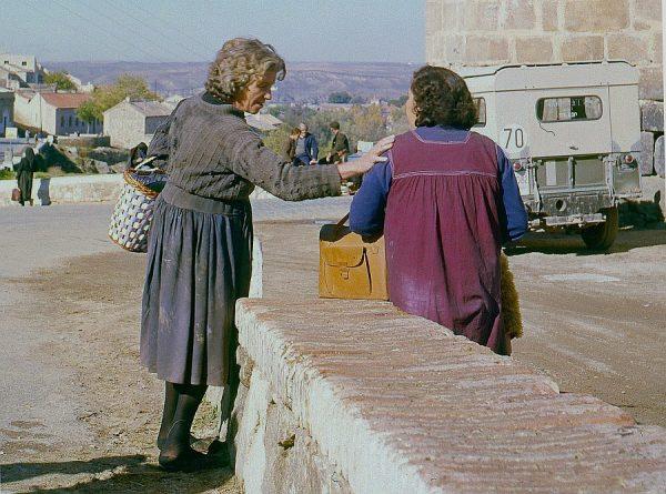 120-AKE_040_Mujeres conversando junto al puente de San Martín