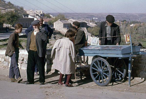 123-AKE_042_Niños comprando pipas junto al puente de San Martín