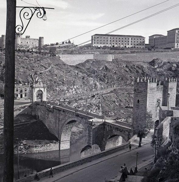 129-AKE_086_Vista el puente de Alcántara, castillo de San Servando y Academia de Infantería