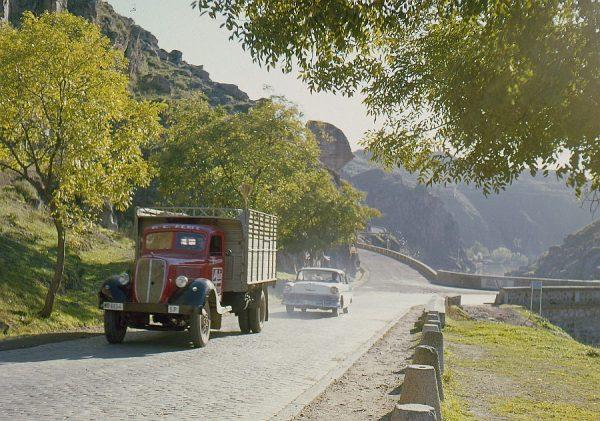 130-AKE_002_Vehículos circulando a la salida del puente nuevo de Alcántara
