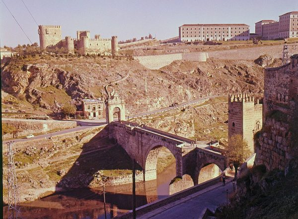 130-AKE_007_Vista del puente de Alcántara, el castillo de San Servando y la Academia de Infantería