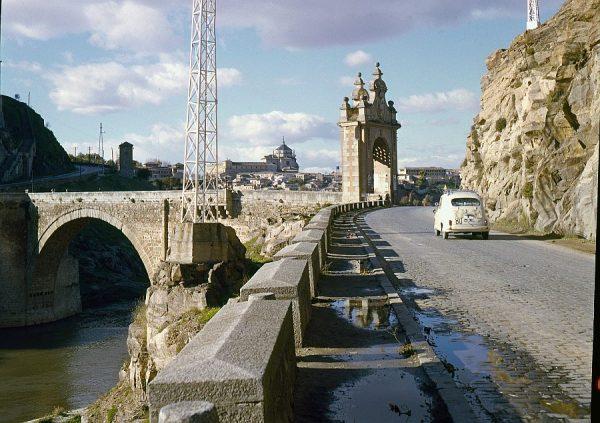 132-AKE_017_Vista de la puerta del puente de Alcántara desde la carretera de Circunvalación