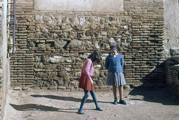147-AKE_013_Jugando a la rayuela en la puerta de Santa María la Blanca