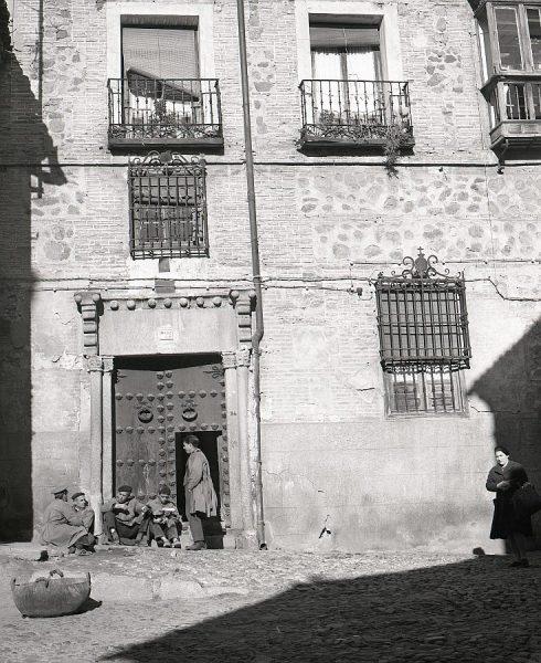 174-AKE_085_Almuerzo al sol en la calle de Santa Isabel