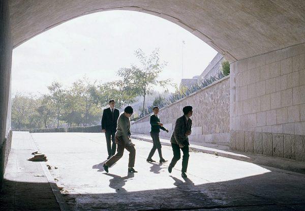 183-AKE_059_Jugando al frontón en el túnel del Alcázar
