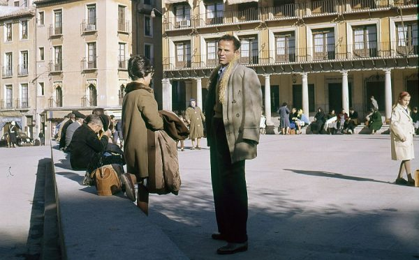 194-AKE_030_Tomando el sol en la plaza de Zocodover