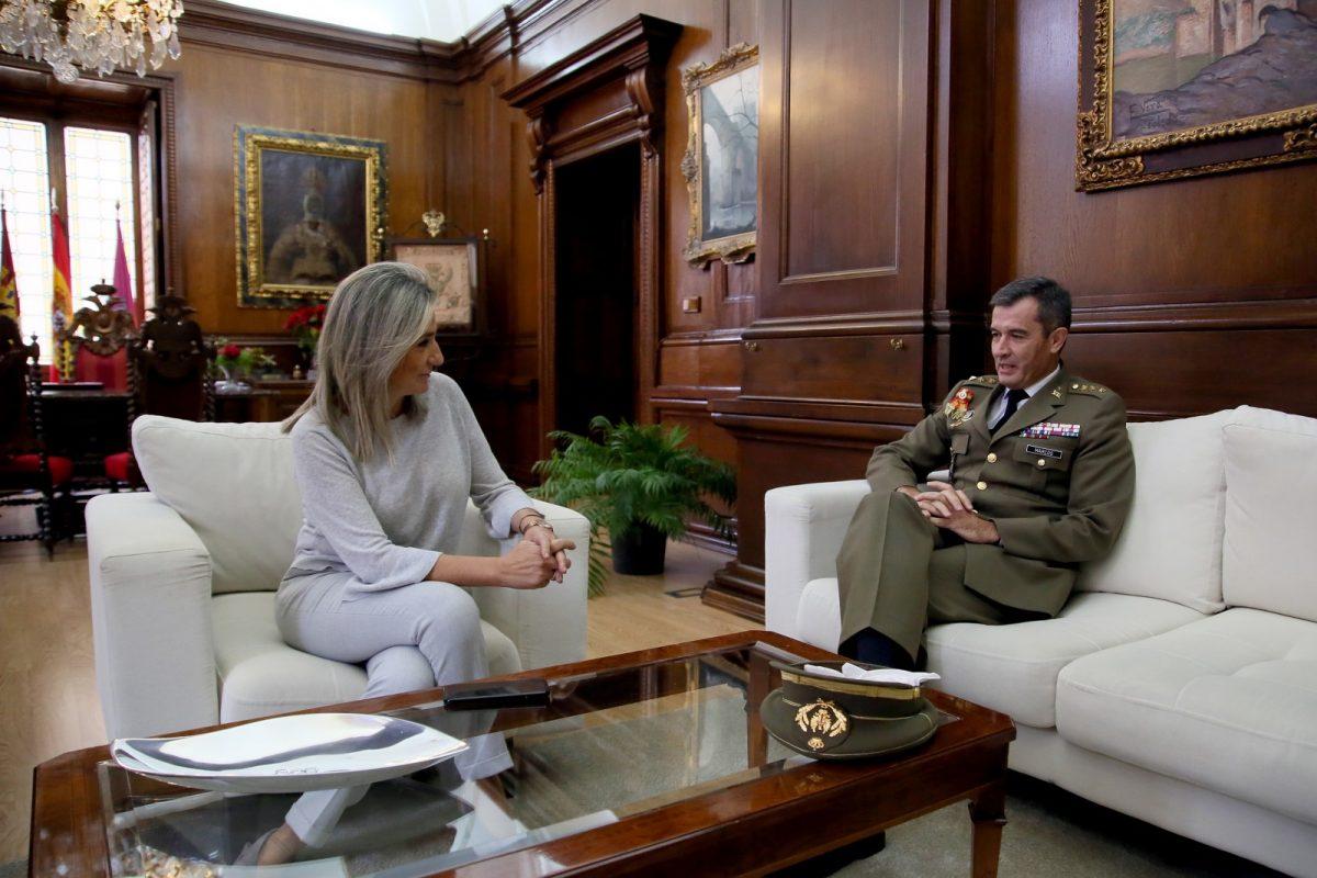 http://www.toledo.es/wp-content/uploads/2019/12/1_despedida_director_academia-1200x800.jpg. La alcaldesa de Toledo, Milagros Tolón, recibe al coronel Javier Marcos y le desea nuevos éxitos en su próximo destino