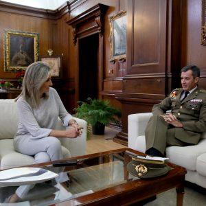 a alcaldesa de Toledo, Milagros Tolón, recibe al coronel Javier Marcos y le desea nuevos éxitos en su próximo destino