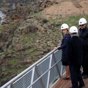 ilagros Tolón supervisa la instalación de la nueva pasarela de la ermita del Valle que permitirá hacer accesible este espacio