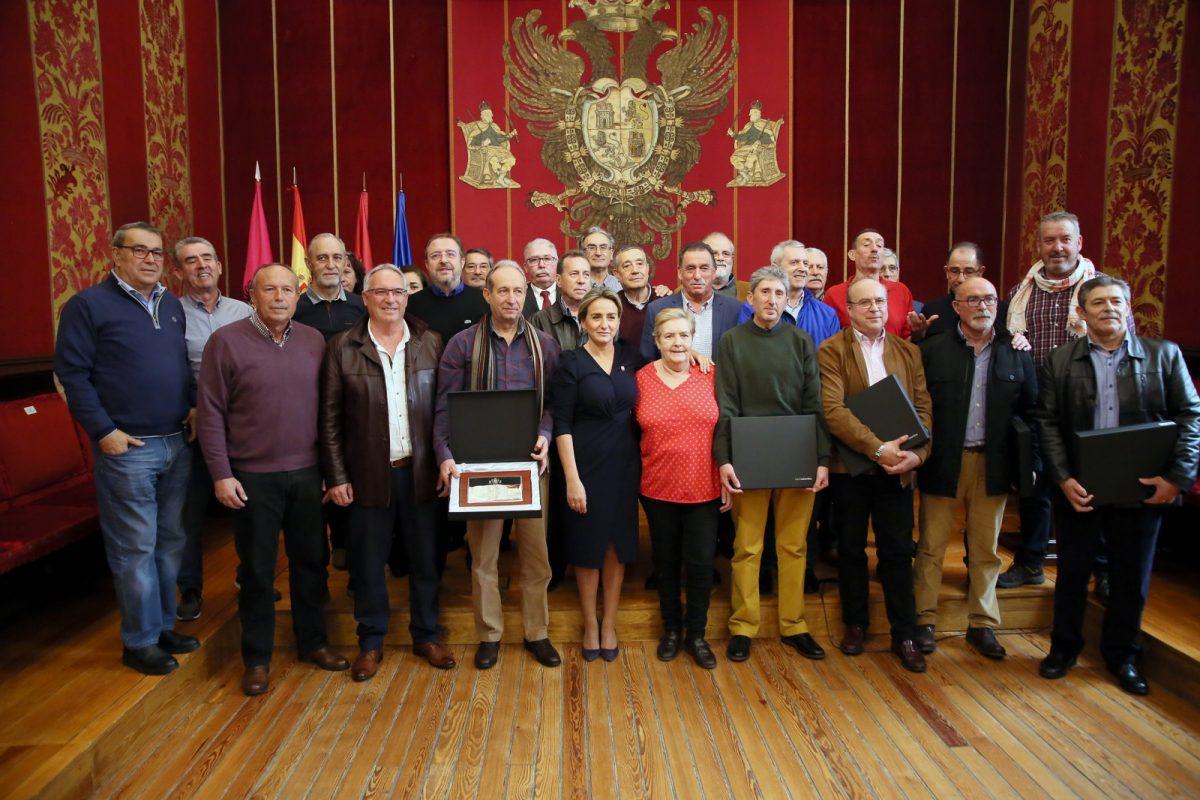 http://www.toledo.es/wp-content/uploads/2019/12/4_placas_jubilados-1200x800.jpg. La alcaldesa expresa públicamente su reconocimiento a los funcionarios municipales jubilados o fallecidos a lo largo de 2019