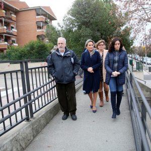 a alcaldesa inaugura la rampa peatonal de Río Guadarrama y anuncia la renovación de la iluminación de la calle Río Tiétar