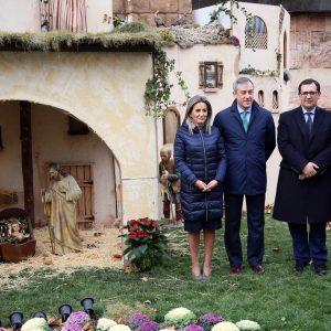 a alcaldesa inaugura el Belén de Eurocaja Rural y destaca su capacidad para reactivar el comercio en el barrio de Santa Teresa