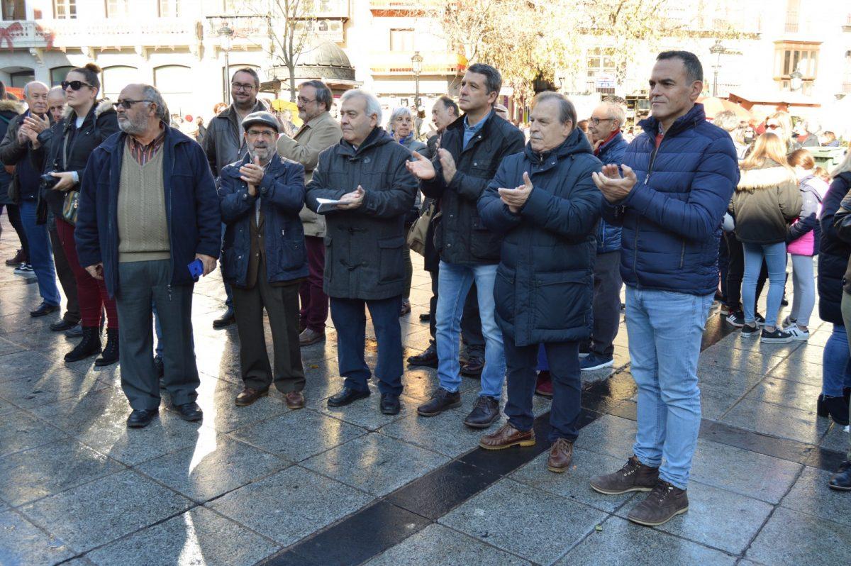 http://www.toledo.es/wp-content/uploads/2019/12/acto-vecinal-constitucion_1-1200x798.jpg. Ediles y concejalas del Ayuntamiento ponen voz a la Constitución en el acto organizado por la Federación de Asociaciones de Vecinos
