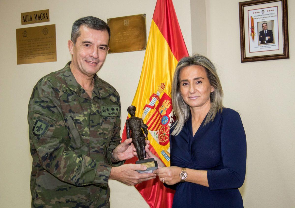 """https://www.toledo.es/wp-content/uploads/2019/12/alferez_honorifico00-1200x847.jpg. La alcaldesa recibe el reconocimiento de """"Alférez Cadete de Infantería Honorífico"""" concedido por la Academia de Infantería al Ayuntamiento de Toledo"""