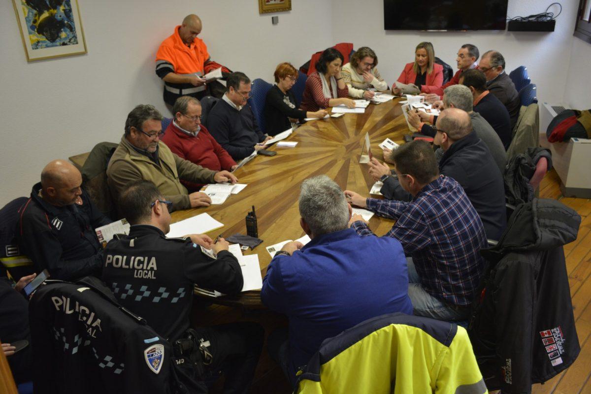 http://www.toledo.es/wp-content/uploads/2019/12/coodinacion-seguridad_servicios_limpieza_navidad-1200x800.jpg. Se reúnen los responsables de los diferentes servicios municipales para la coordinación del Programa de Navidad y Reyes