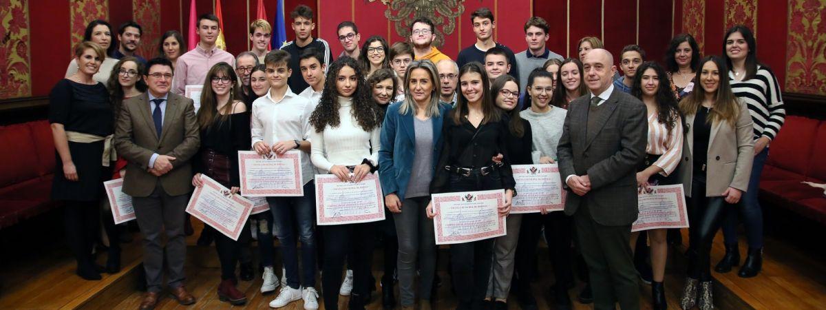 La alcaldesa felicita a los alumnos graduados…