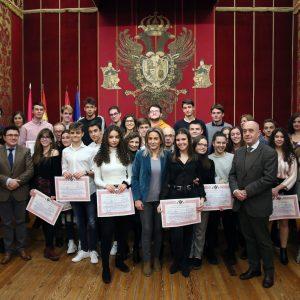 a alcaldesa felicita a los alumnos graduados de la Escuela Municipal de Idiomas, centro de referencia en la ciudad