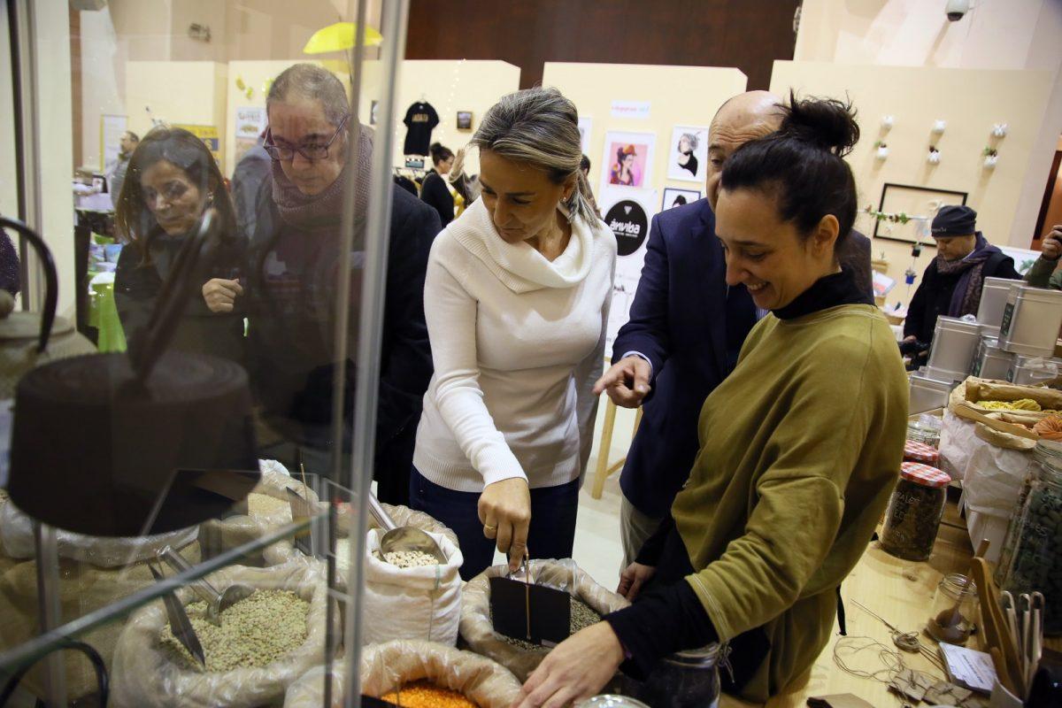 http://www.toledo.es/wp-content/uploads/2019/12/pop-up-04-1200x800.jpg. Milagros Tolón inaugura el mercado de comerciantes de San Marcos y les invita a adherirse al Plan del Comercio Municipal