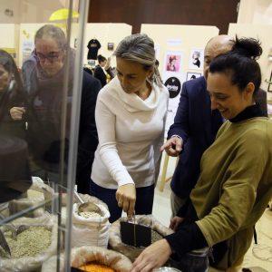 ilagros Tolón inaugura el mercado de comerciantes de San Marcos y les invita a adherirse al Plan del Comercio Municipal
