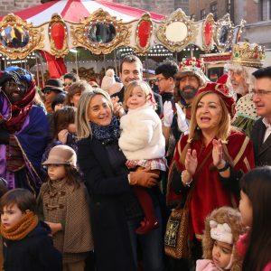 a alcaldesa recibe a Sus Majestades los Reyes Magos de Oriente que hacen su primera parada en el Ayuntamiento