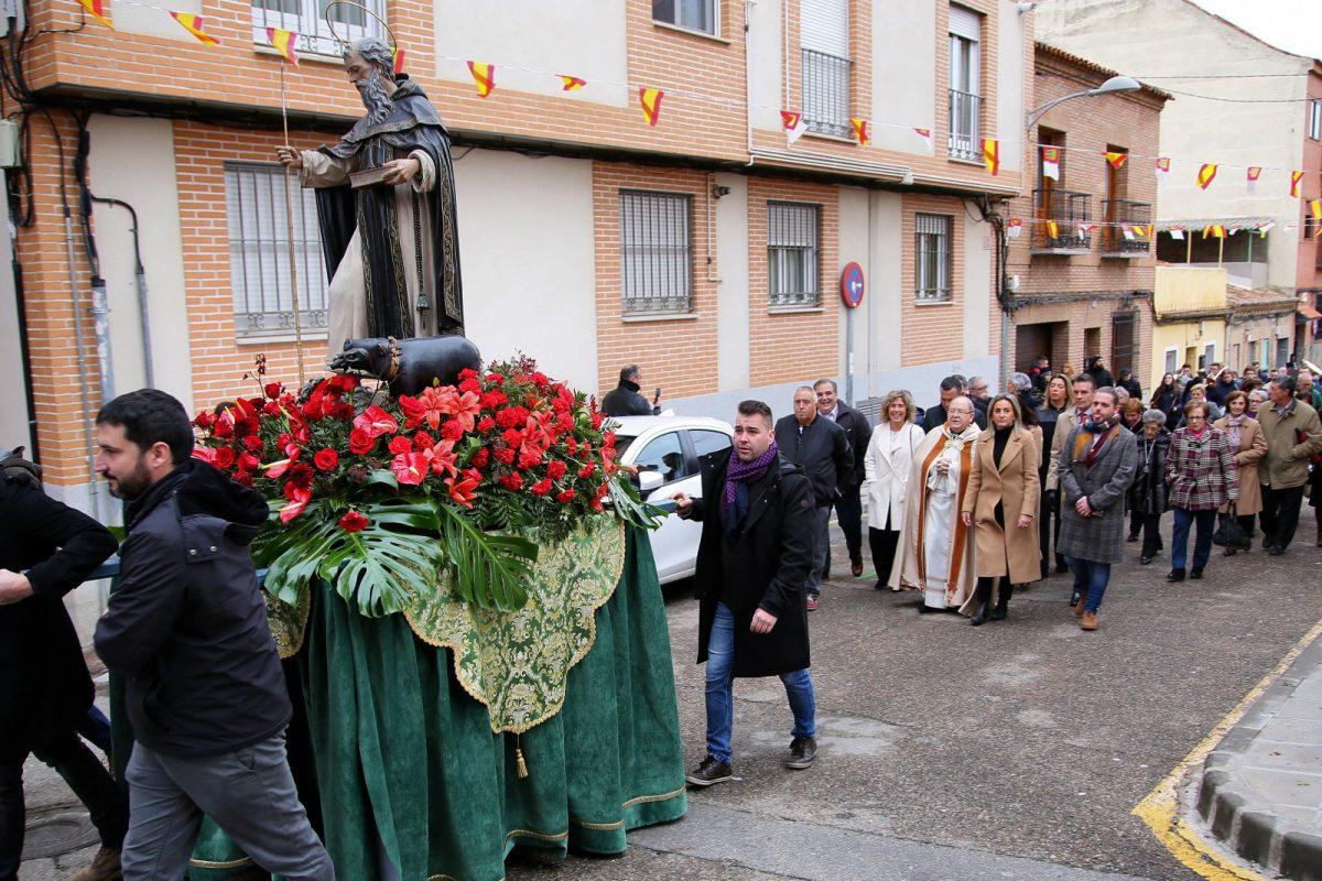 https://www.toledo.es/wp-content/uploads/2020/01/18_san_anton-1200x800.jpg. Milagros Tolón y otros representantes de la Corporación asisten al acto central de la festividad de San Antón en la ermita del barrio