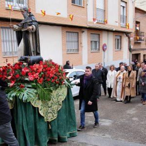 ilagros Tolón y otros representantes de la Corporación asisten al acto central de la festividad de San Antón en la ermita del barrio