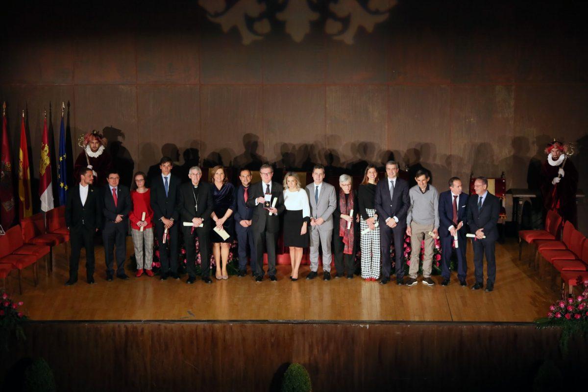 """https://www.toledo.es/wp-content/uploads/2020/01/33_honores_distinciones-1200x800.jpg. La alcaldesa reconoce los valores de los premiados en el Día de la Ciudad calificándolos de """"referentes imprescindibles"""""""
