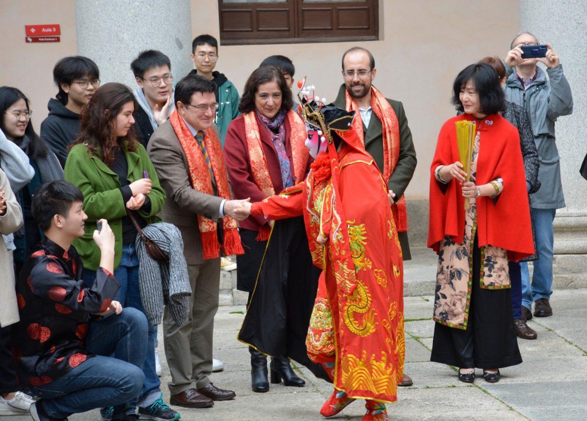https://www.toledo.es/wp-content/uploads/2020/01/ano-nuevo-chino-03-1200x860.jpg. El Ayuntamiento muestra su solidaridad con la comunidad china en la celebración de su Año Nuevo en Toledo