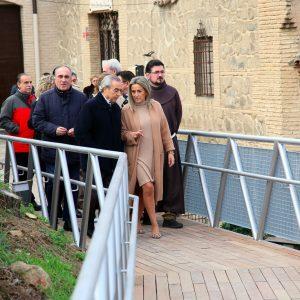 ilagros Tolón inaugura la pasarela peatonal que a partir de ahora hace accesible el acceso a la ermita de la Virgen del Valle