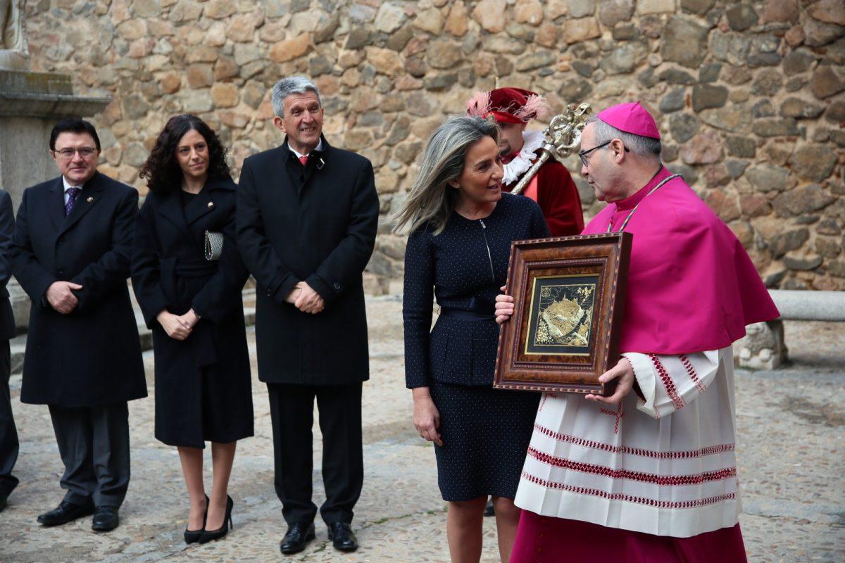 """https://www.toledo.es/wp-content/uploads/2020/02/12_posesion_arzobispo-1200x800.jpg. Milagros Tolón recibe al nuevo arzobispo en la Puerta de Bisagra y afirma que encontrará """"colaboración plena"""" en el Gobierno local"""