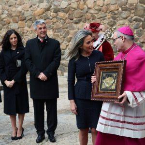 """ilagros Tolón recibe al nuevo arzobispo en la Puerta de Bisagra y afirma que encontrará """"colaboración plena"""" en el Gobierno local"""