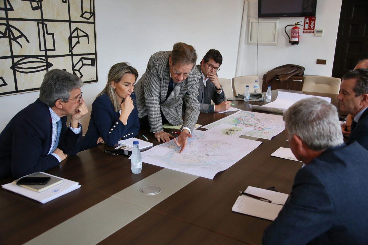 http://www.toledo.es/wp-content/uploads/2020/02/1_reunion_busquets-1200x800.jpg. Milagros Tolón mantiene una reunión con el arquitecto Joan Busquets para avanzar en el informe sobre Vega Baja y su entorno