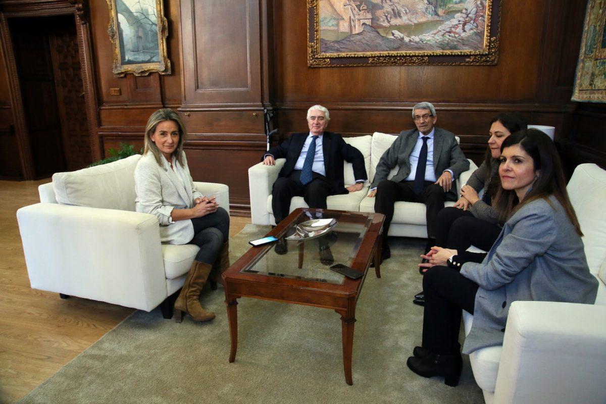 http://www.toledo.es/wp-content/uploads/2020/02/2_reunion_unicef-1200x800.jpg. Milagros Tolón recibe en el Ayuntamiento al presidente nacional de Unicef para poner en común proyectos e iniciativas de futuro