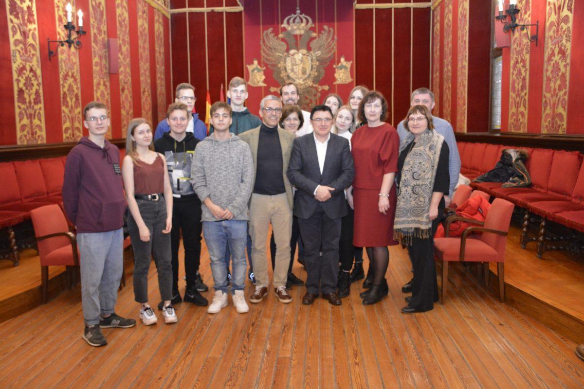 https://www.toledo.es/wp-content/uploads/2020/02/teo-garcia_recepcion-ayto-1200x800.jpg. Alumnos de Letonia que participan en un proyecto educativo de intercambio con el IES Princesa Galiana conocen el Ayuntamiento
