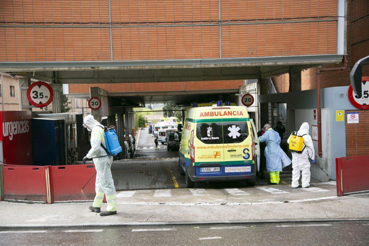 https://www.toledo.es/wp-content/uploads/2020/03/8_desinfeccion_entorno_urgencias-1200x800.jpg. El Ayuntamiento comienza la desinfección de la vía pública en centros sanitarios, farmacias, supermercados y colegios