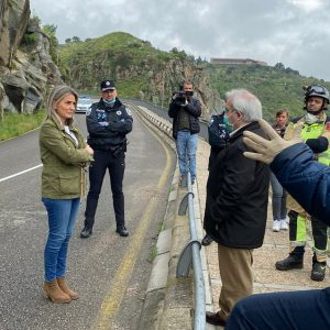 ortada al tráfico por desprendimientos la carretera del Valle entre el viaducto del arroyo de la Degollada y el puente nuevo de Alcántara