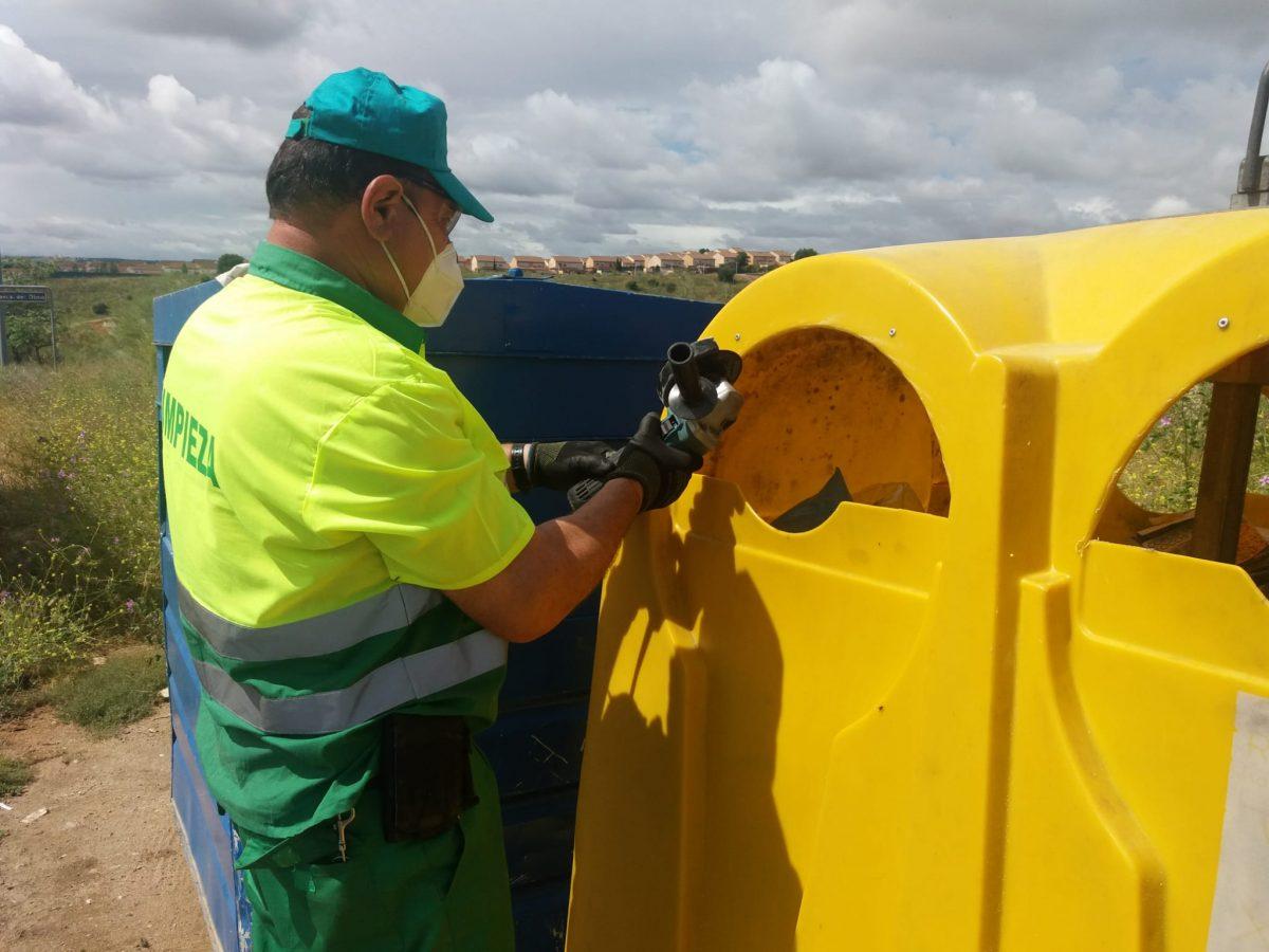 http://www.toledo.es/wp-content/uploads/2020/05/contenedor_avda_del_olmo_valparaiso-1200x900.jpeg. El Consistorio comienza a ampliar la boca de los contenedores de envases que lo permiten para evitar contagios