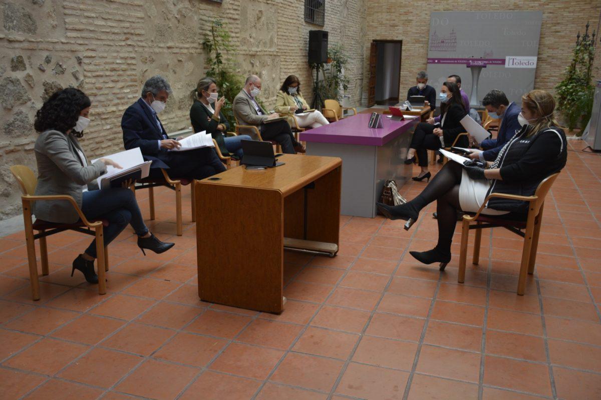 http://www.toledo.es/wp-content/uploads/2020/05/milagros-tolon_mesa-de-trabajo-grupos-municipales_1-1200x800.jpg. La alcaldesa traslada a los grupos de la oposición en una mesa de trabajo las medidas adoptadas y las líneas clave para la desescalada