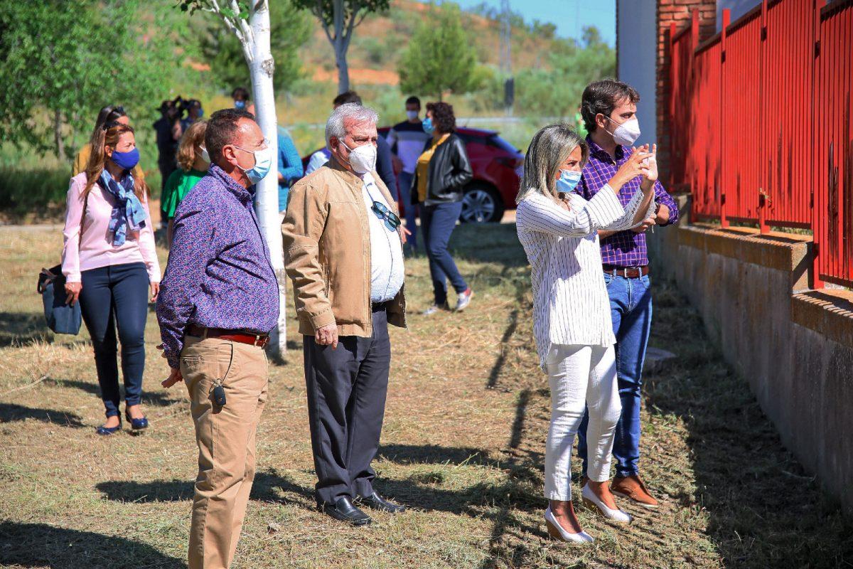 http://www.toledo.es/wp-content/uploads/2020/05/whatsapp-image-2020-05-19-at-13.21.52-1-1200x800.jpeg. Milagros Tolón visita las obras de la nueva piscina de Azucaica y destaca la inversión en obra pública para la creación de empleo