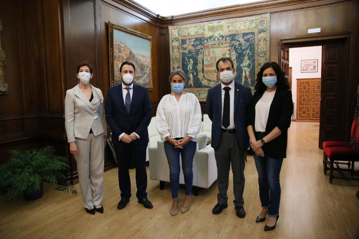 https://www.toledo.es/wp-content/uploads/2020/06/1_reunion_farmaceuticos-1200x800.jpg. La alcaldesa destaca el papel de los farmacéuticos como puntos de atención e información veraz en materia sanitaria y de la Covid-19