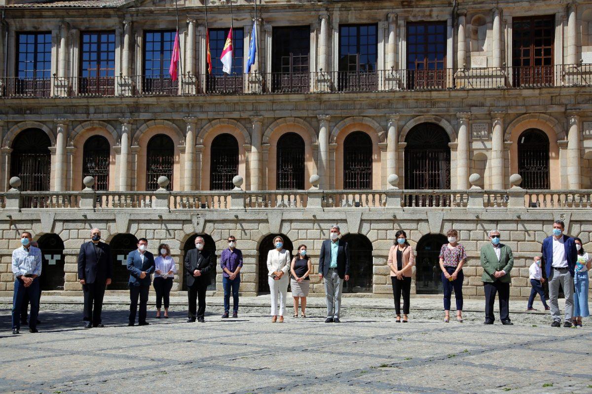 https://www.toledo.es/wp-content/uploads/2020/06/4_minuto_silencio-1200x800.jpg. La Corporación municipal se suma al minuto de silencio por las víctimas de la Covid-19 en el último día de luto oficial