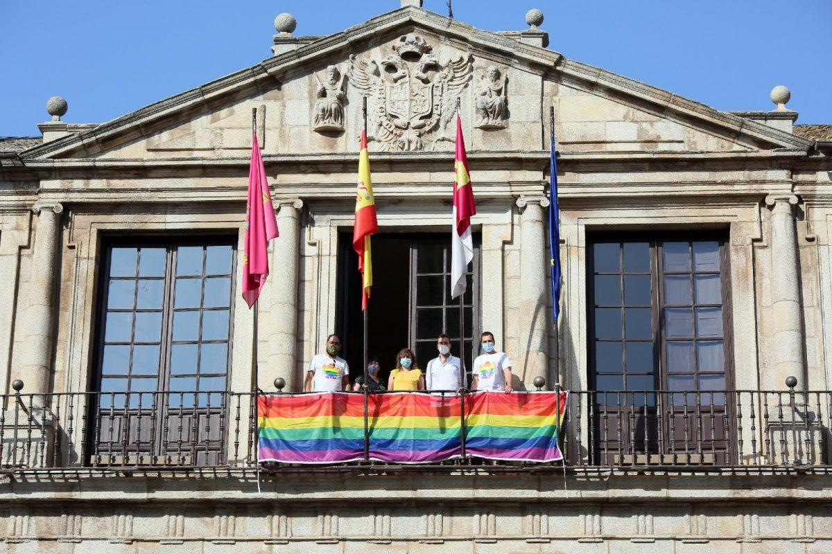 https://www.toledo.es/wp-content/uploads/2020/06/5_orgullo_lgtbi-1200x800.jpg. El Ayuntamiento muestra su apoyo al colectivo LGTBI con motivo del Día del Orgullo a través de un acto simbólico